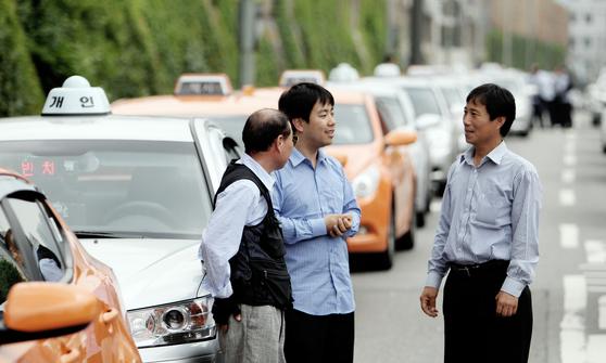 2011년 택시 면허를 취득한 박민제 기자(가운데)는 그간150여시간 택시 운전을 했다. [중앙포토]