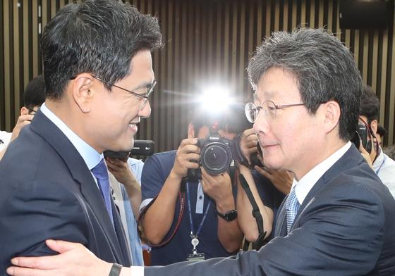 새로 선출된 오신환 바른미래당 원내대표(왼쪽)가 15일 국회에서 유승민 전 대표와 악수하고 있다. 오종택 기자