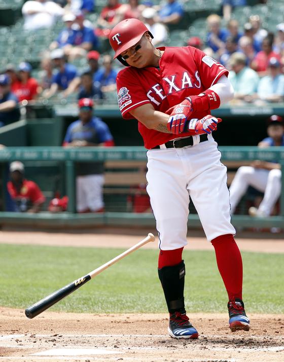 텍사스 추신수가 23일 시애틀전에서 1회 오른팔에 사구를 맞았다. [AP=연합뉴스]