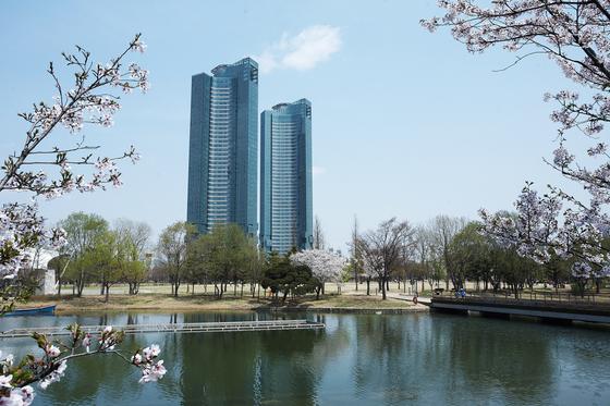 한강과 서울숲 조망권을 갖춘 서울 뚝섬 갤러리아포레. 올해 공시가격이 층별로 차등화하지 않아 저층과 고층이 같다.