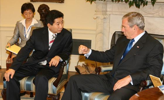 2006년 9월, 미국 백악관에서 마주 앉은 노무현 전 대통령과 조지 W 부시 전 대통령. [중앙포토]