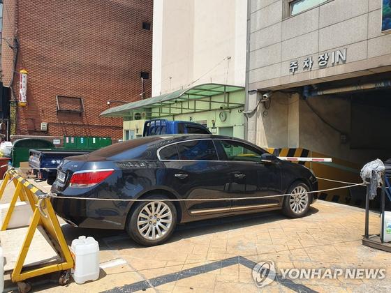 23일 서울 강서구의 한 아파트에서 검은색 알페온 차량이 주차장 입구를 막고 있다. [연합뉴스]