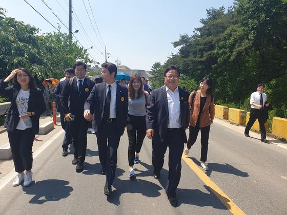 봉하마을 입구에서 차가 막히자 이인영 더불어민주당 원내대표가 일행들과 함께 차에서 내려 걸어서 행사장으로 가고 있다. 이우림 기자