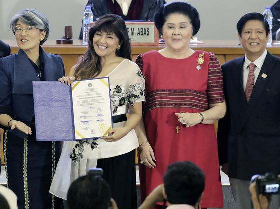 이미 마르코스 상원의원(왼쪽 둘째)과 이멜다 마르코스가 22일 마닐라에서 열린 당선식에서 기념사진을 찍고 있다.오른쪽은 이멜다의 아들 페르디난드 마르코스 주니어. 왼쪽은 딸 아리린 마르코스.[EPA=연합뉴스]