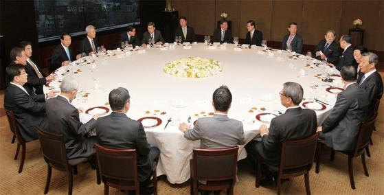 2011년 3월 대한민국 굴지의 대기업 총수들이 참석한 전경련 회장단 회의가 열렸다. 이들에게 기업의 영속성은 실적뿐 아니라 승계의 관점에서도 중요하다.