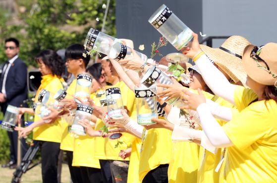 23일 오후 경남 김해 봉하마을에서 노무현 전 대통령 서거 10주기 추모공연 중 자원봉사자들이 나비 날리기 퍼포먼스를 하고 있다. [연합뉴스]