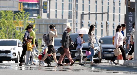 23일 오후 대구 동구 신암동 동대구역 앞 대로에 지열로 인한 아지랑이가 피어오르고 있다. [뉴시스]
