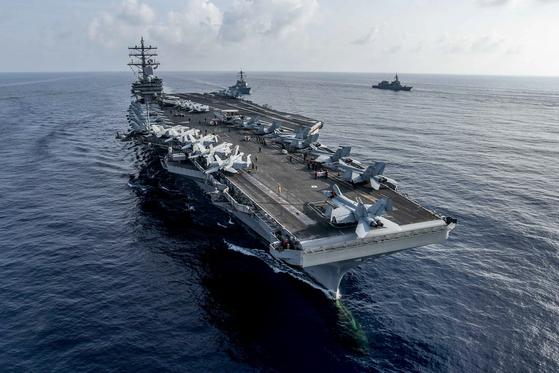 지난해 8월 남중국해에서 일본 해상자위대와 연합훈련 중인 로널드 레이건함. [사진 미 해군]