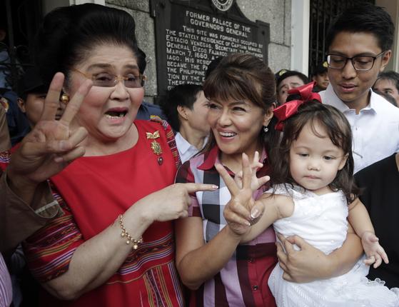 이멜다와 큰딸 이미 마르코스가 작년 10월 선거유세를 하고 있다.[EPA=연합뉴스