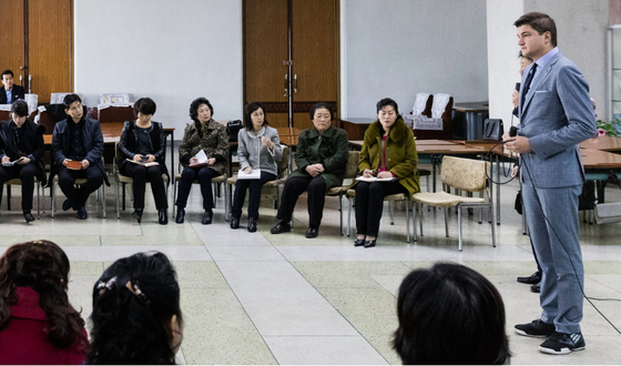 평양에서 워크숍을 진행 중인 조선익스체인지의 봉사자들과 북한 주민들의 모습. [사진 조선익스체인지]