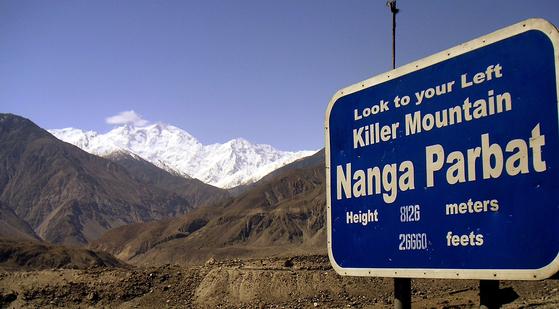 파키스탄 북부에 있는 낭가파르바트(8126m)는 '벌거벗은 산' 혹은 이정표에서 보듯 '죽음의 산'으로 불린다. 2013년 6월 이 산 베이스캠프에 무장괴한이 닥쳐 등반가 11명을 사살했다. [AP=연합뉴스]