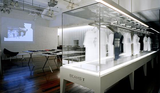 그래픽 티셔츠 전문 브랜드인 '빔즈T' 매장에선 티셔츠들이 레일을 타고 이리저리 움직인다.