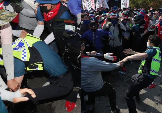 금속노조 조합원들이 22일 오후 서울 종로구 계동 현대중공업 사옥 앞에서 집회 중에 현대중공업 진입을 시도하며 경찰을 끌어내고 있다. [연합뉴스]