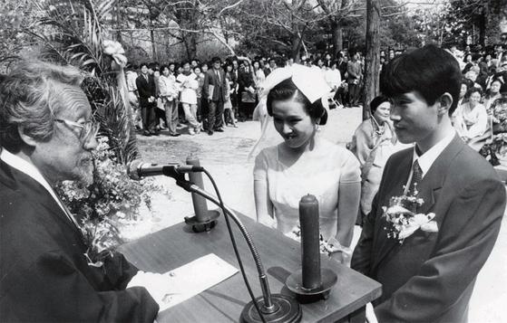 1993년 문익환 목사의 주례로 고려대 교정에서 거행된 이인영-이보은 부부의 결혼식.