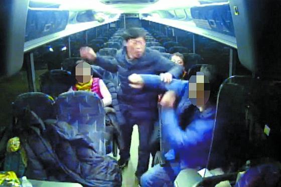 해외연수 중 벌어진 박종철 전 예천군의원의 가이드 폭행 장면. [연합뉴스]