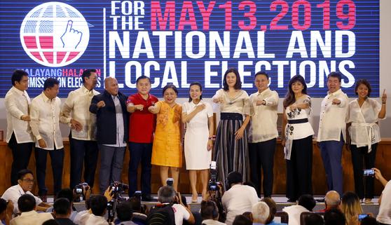 이미 마르코스(오른쪽 셋째)와 신임 상원의원들이 22일 마닐라에서 열린 당선식에서 기념사진을 찍고 있다.[AP=연합뉴스]