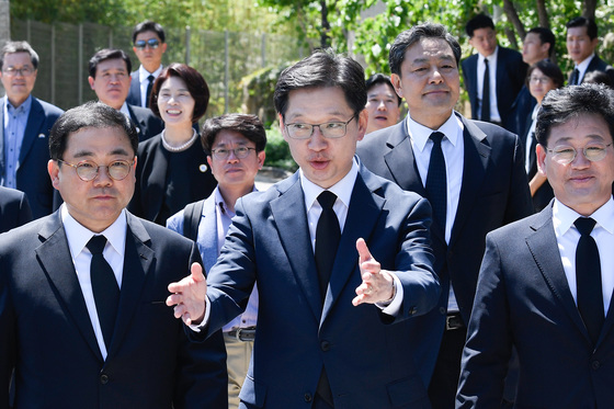 김경수 경남도지사(가운데)가 지난해 5월 23일 오후 경남 김해 봉하마을에서 열린 고 노무현 전 대통령 서거 9주기 추도식 참석을 위해 이동하고 있다. [중앙포토]
