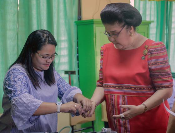 지난 13일 이멜다가 필리핀 일로코스 노르테주에서 투표를 하고 있다.[EPA=연합뉴스]