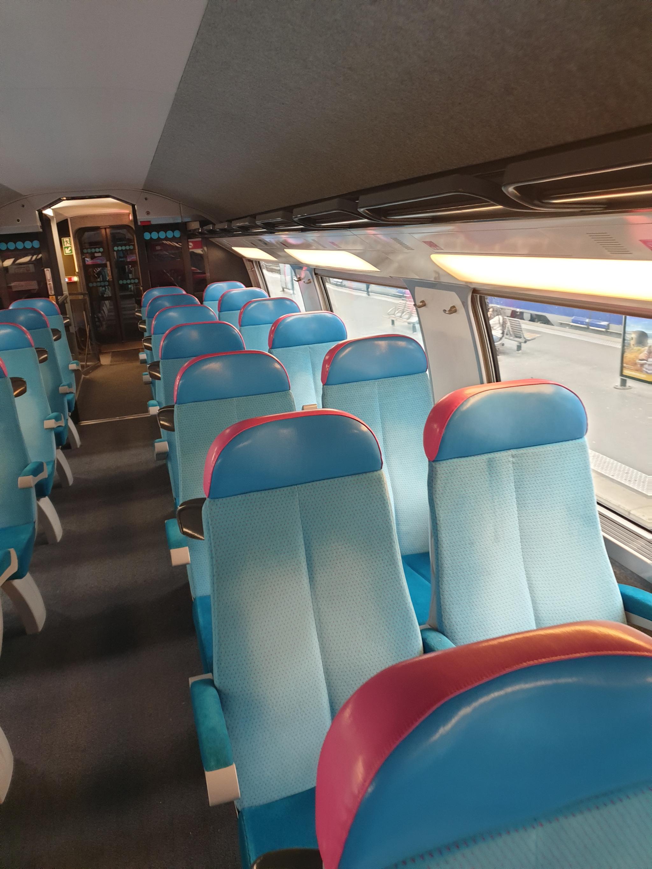 OUIGO의 실내. 열차 간격이 좁고, 의자 재질도 일반 고속열차에 비해 수준이 떨어진다. [강갑생 기자]