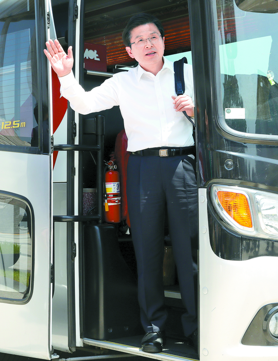 '민생투쟁 버스 대장정'을 이어가고 있는 황교안 자유한국당 대표가 23일 서울 여의도 국회에서 백팩을 메고 버스에 탑승하고 있다. 황 대표는 23일부터 강원도 지역을 방문한다. [뉴스1]