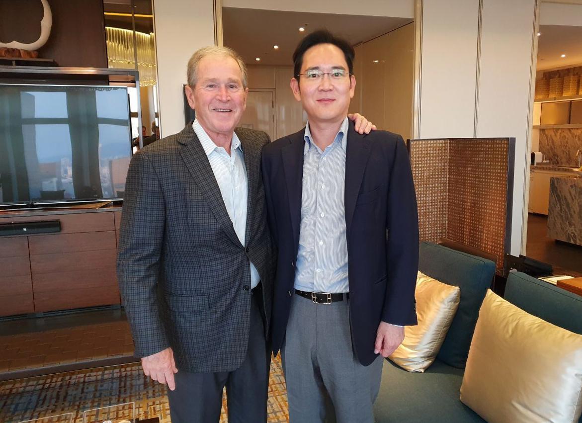 이재용 삼성전자 부회장(오른쪽)이 지난 22일 오후 서울의 한 호텔에서 조지 W 부시 전 미국 대통령과 면담 후 기념촬영을 하고 있다. [사진 삼성전자]