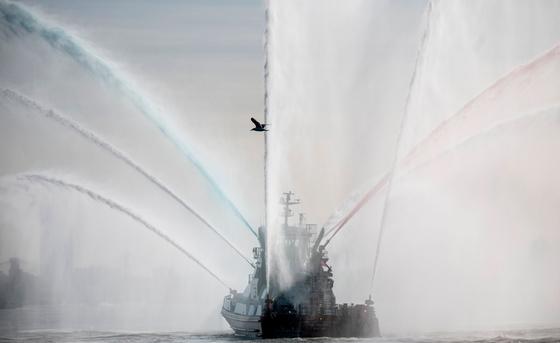 22일(현지시간) 미국 뉴욕에서 함대 주간을 맞이해 함정 퍼레이드가 진행되고 있다. [AFP=연합뉴스]