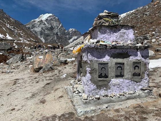 에베레스트 베이스캠프로 향하는 길에는 히말라야에서 산화한 이들을 기리는 추모탑들이 있다. 이 탑에는 낭가파르바트에서 무장괴한에 희생된 중국인들이 새겨져 있다. 히말라야=김홍준 기자