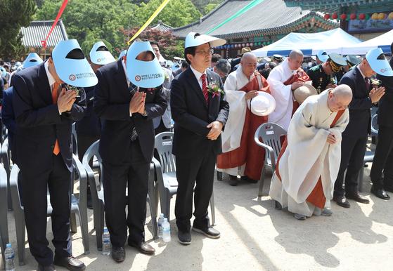 자유한국당 황교안 대표가 부처님오신날인 12일 오후 경북 영천시 은해사를 찾아 봉축 법요식에 참석하고 있다. [연합뉴스]
