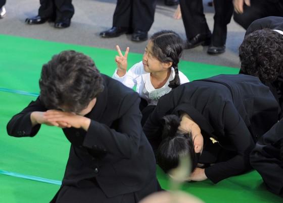 2009년 5월29일 김해 봉하마을에서 열린 노무현 전 대통령 발인식때 장난을 치던 노서은양.