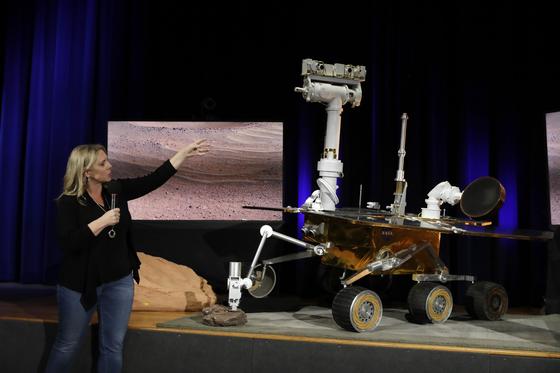 마스 2020의 프로젝트 시스템 엔지니어인 제니퍼 트로스퍼(왼쪽)가 지난 2월 13일 NASA의 차세대 화성 탐사 로버에 대해 설명을 진행하고 있다. [AP=연합뉴스]