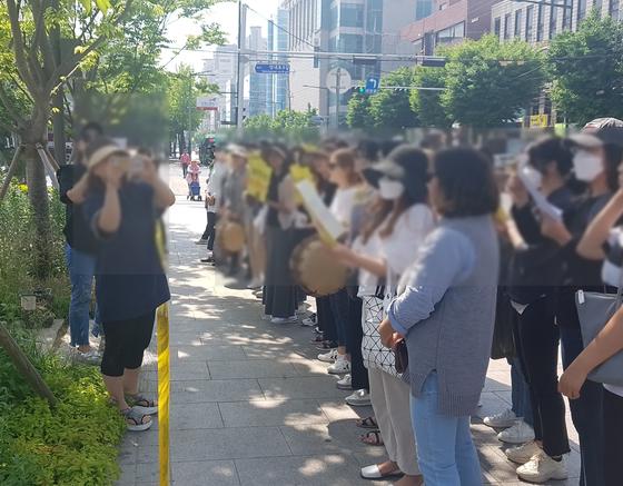 24일 오전 강동구청 앞에서 '석면조사 보강과 모니터링 강화'를 요구하는 시민단체 관계자들. [사진 한국석면추방네트워크 제공]