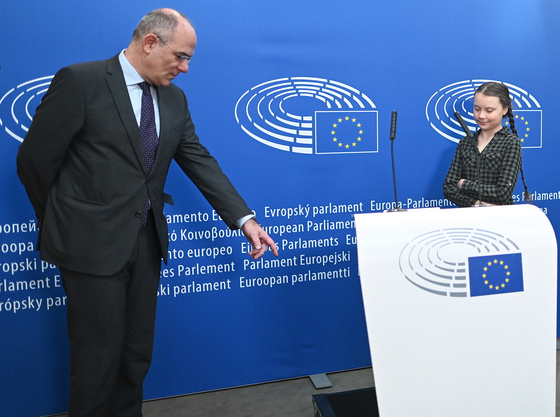 프랑스 스트라스부르에 위치한 유럽의회에서 연설을 하기 위해 대기중인 그레타 툰베리의 모습. [EPA=연합뉴스]