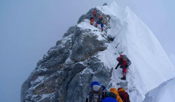 에베레스트 정상 직전 고빗사위인 힐러리 스텝을 오르는 등반가들. [중앙포토]