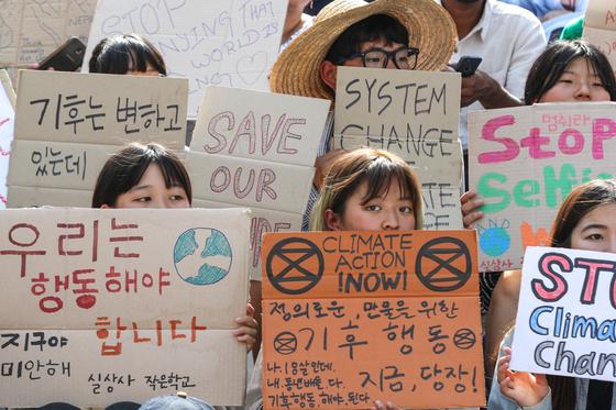 24일 오후 서울 종로구 세종문화회관 앞에서 한국청소년기후소송단 회원들이 '524 청소년 기후행동 기후변화 대응 촉구 집회'를 하고 있다. [뉴스1]
