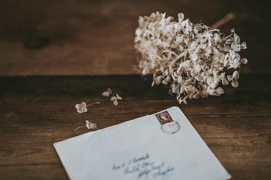 가방을 열어보니 아내의 편지가 있었습니다. 편지는 일종의 유서였습니다. 정종철 씨는 바로 아내에게 전화를 걸어 사과했고, 이후 다른 인생을 살게 됩니다. [사진 unsplash]