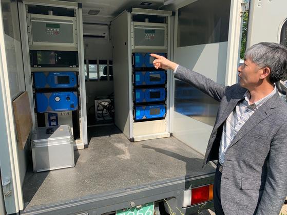 지난 22일 오후 제주도보건환경연구원 김길성 대기환경과장이 이동형 대기오염 측정 차량을 소개하고 있다. 최충일 기자