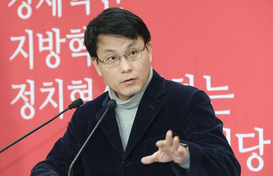 윤상현 새누리당 원내수석부대표가 2014년 3월 2일 서울 여의도 당사에서 기자간담회를 갖고 민주당과 새정치연합에서 신당창당 합의한 것에 대해 맹비난했다. [중앙포토]