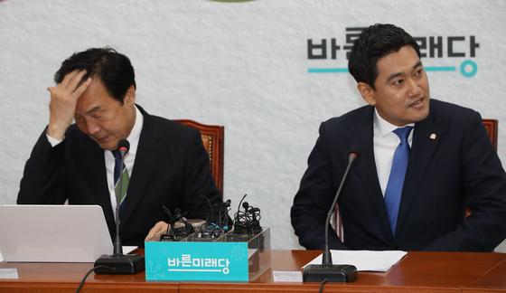 바른미래당 최고위원회의가 20일 국회에서 열렸다. 손학규 대표(왼쪽)와 오신환 원내대표가 자리에 앉고 있다. 오종택 기자