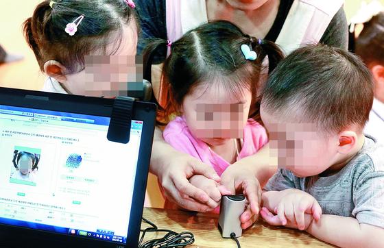 서울 서초구의 한 구립어린이집에서 아동실종예방을 위한 지문 등 사전등록을 하는 모습 [중앙포토]