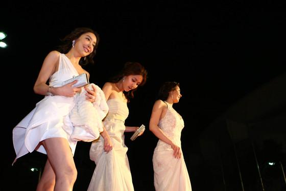 2009년 제45회 백상예술대상 레드카펫에 오른 배우 장자연(왼쪽). [일간스포츠]