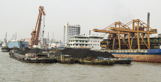 중국의 항구에서 수출용 희토류를 선적하고 있다 [출처 셔터스톡]