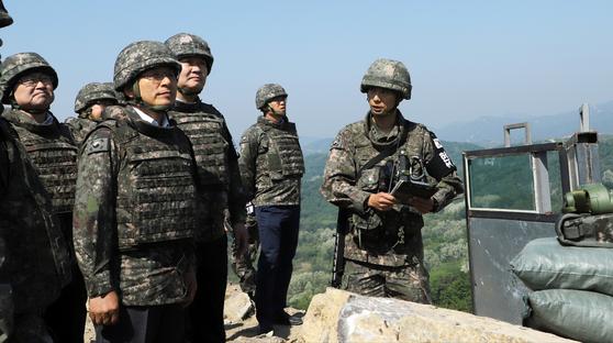 23일 강원도 철원 3사단의 철거된 GP를 방문한 황교안 자유한국당 대표(왼쪽). [뉴시스]