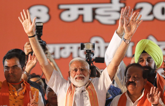 지난 8일 인도 뉴델리에서 열린 총선 캠페인에서 지지자들을 향해 손을 흔들고 있는 나렌드라 모디 인도 총리의 모습. [EPA=연합뉴스]