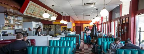 미국의 허름한 동네 식당은 영어로 diner라고 부른다. 사진은 미국 diner의 모습. 미국에서 restaurant는 잘 차린 음식을 괜찮은 서빙을 받으면서 먹는 식당을 가리킨다. [blogTO]