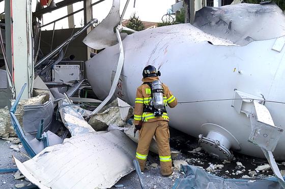 23일 강원도 강릉시 대전동 과학단지에서 한 소방관이 폭발한 수소탱크를 확인하고 있다. 이 사고로 2명이 사망했고 6명이 다쳤다.[강원도소방본부 제공=뉴스1]