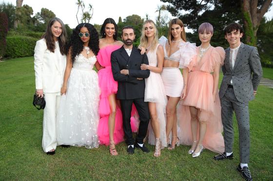 지암바티스타 발리(가운데 남성)와 그의 H&M 드레스를 입은 셀럽들. [사진 H&M]