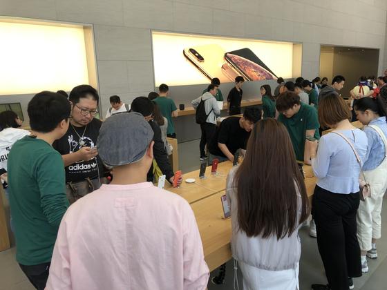 중국 상하이 애플매장에서 제품 설명을 듣고 있는 사람들. [사진 중앙포토]