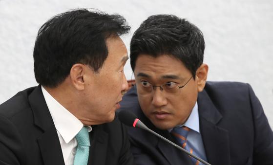 손학규 대표와 오신환 원내대표가 회의 도중 이야기하고 있다. . 오종택 기자
