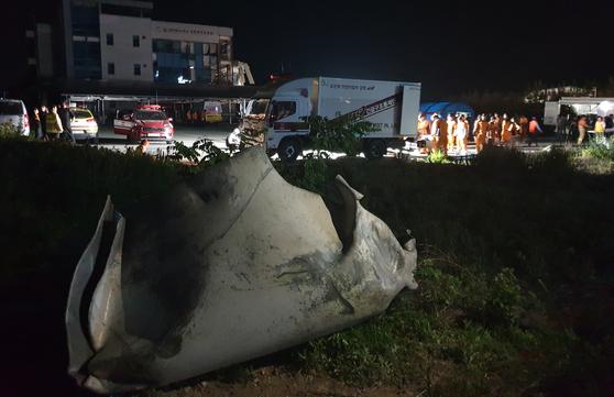 23일 수소탱크 폭발사고가 발생한 강원도 강릉시 대전동 강원테크노파크 강릉벤처공장에서 100m가량 떨어진 곳에 잔해물이 날아와 떨어져 있다. 박진호 기자