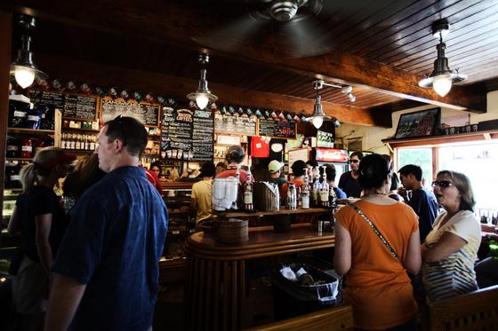 영국에서 펍은 어디서나 찾을 수 있는 하루 종일 하는 식당이다. 술도 마실 수 있고 식사도 할 수 있는 동네 식당이라고 할 수 있다. [freepik]